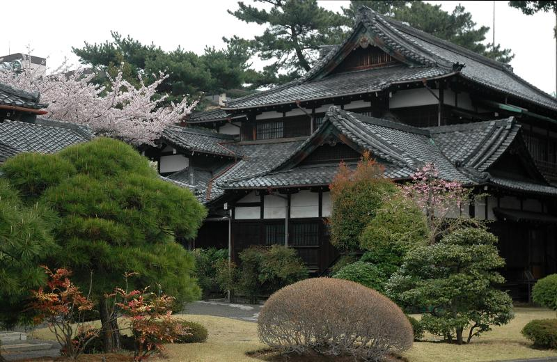 http://triangulations.files.wordpress.com/2011/01/traditional_japanese_house.jpg